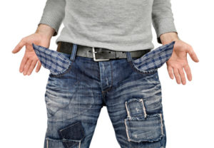 Anwaltskosten. Nach Außen gekrempelte Hosentaschen einer Jeans.