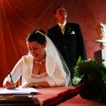 Braut leistet Unterschrift.